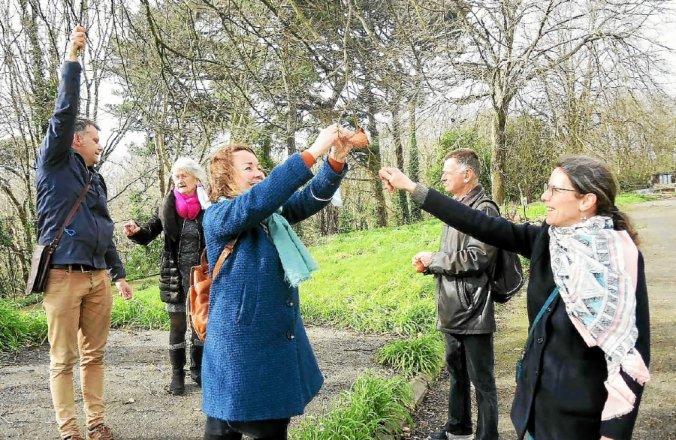 La maire de quartier en visite au jardin de Kérampéré
