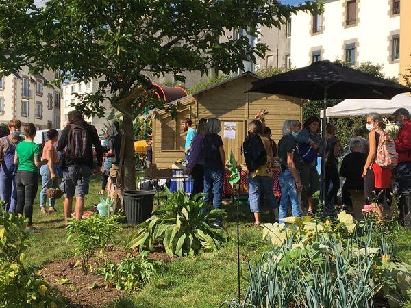 Gaëlle Morvan, maire de Saint-Marc, a participé à la Fête de l'automne organisée au potager de Keruscun, nouveau jardin partagé du quartier.